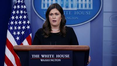 Investigan a Sarah Sanders por tuitear que la sacaron de un restaurante desde una cuenta oficial del gobierno
