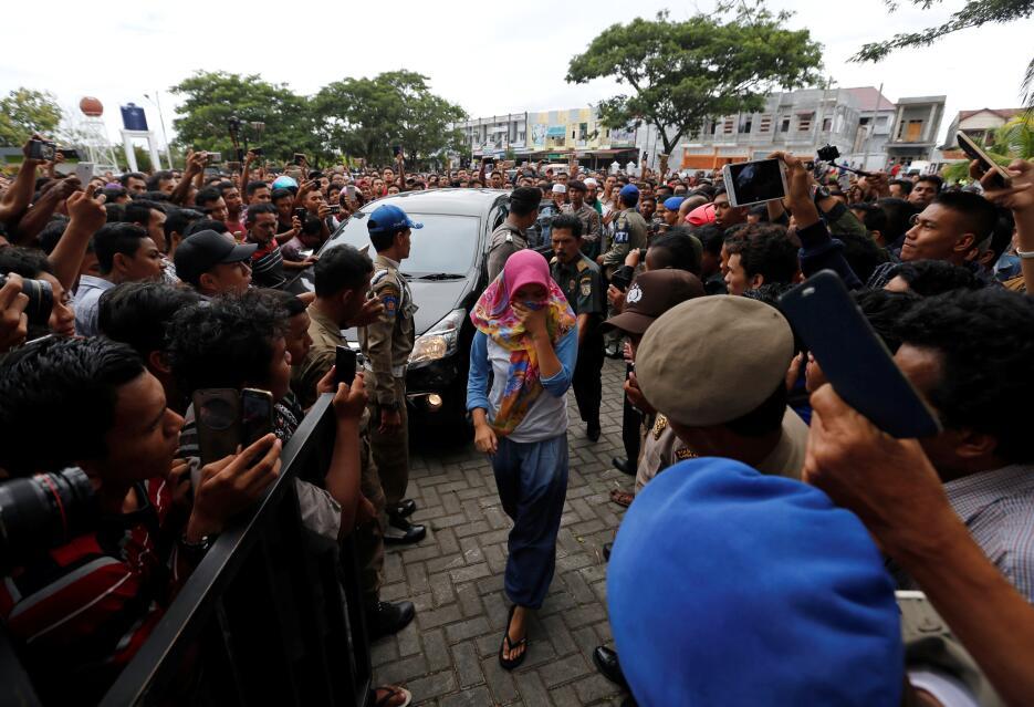 Casitgo a homosexuales en Indonesia
