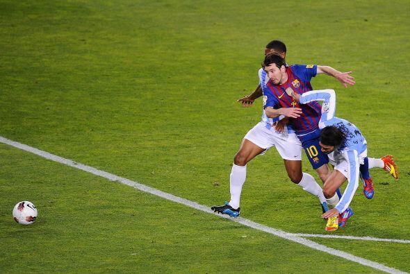 Mientras tanto Messi seguía volviendo loco a todos los defensores del Má...