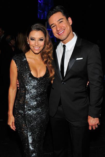 Con su compañero de conducción Mario Lopez y ya con vestido negro, Eva l...