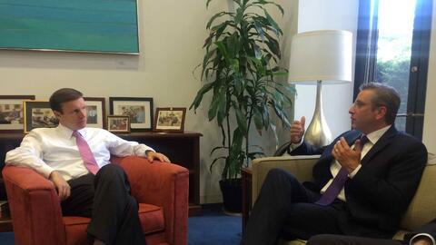 Chris Murphy fue uno de los senadores que recibió la visita del E...