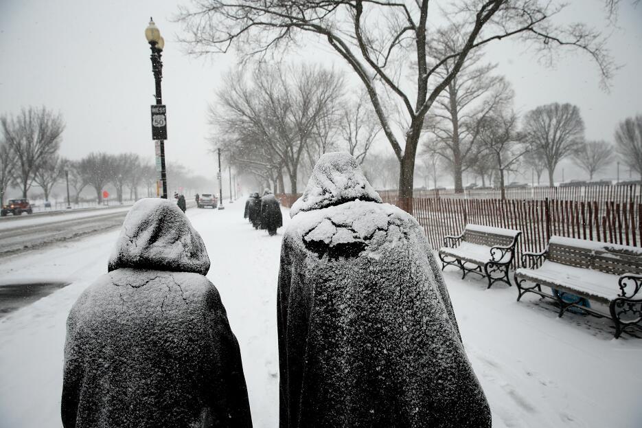 Las monjas de la Fraternite Notre-Dame están cubiertas de nieve recién c...