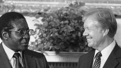 Las manos célebres que estrechó Mugabe, el líder más viejo del mundo (fotos)