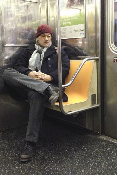 Así fotografiaron al señor Hanks mientras viajaba plácidamente en el met...