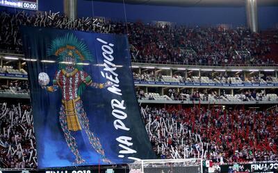 La afición de Chivas abarrotó el Akron para apoyar a su eq...