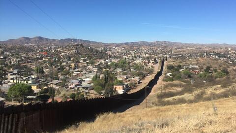 El muro fronterizo que divide a Nogales, Arizona y Nogales, Sonora.