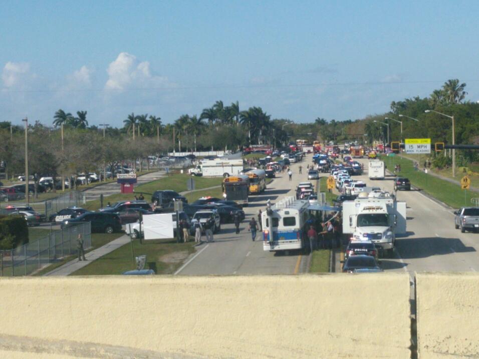Las vías bloqueadas alrededor de la Marjory Stoneman Douglas High...