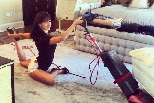 En verdad que esta mujer está hecha de hule, es increíble la flexibilida...
