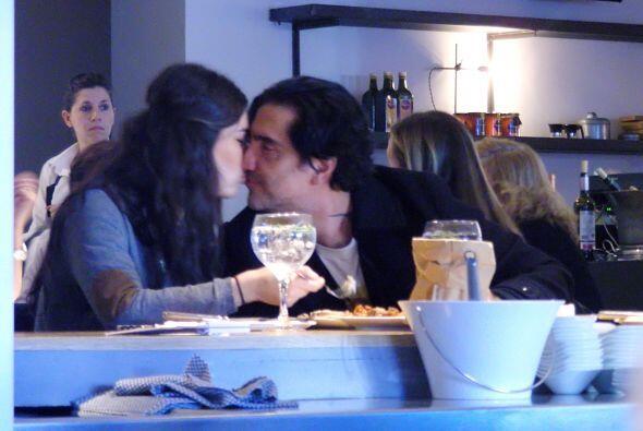 El cantante disfruta de una cena romántica con su amor, Karla Lav...
