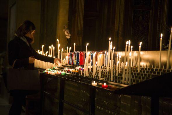 En muchas religiones, observamos cómo los creyentes encienden velas cada...