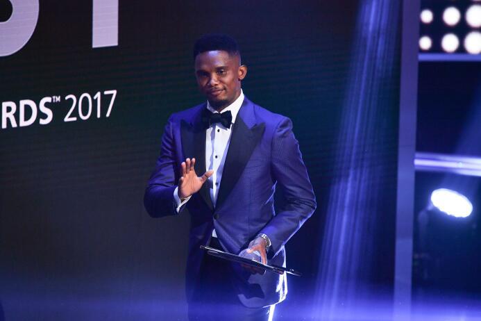 El goleador camerunés Samuel Eto'o fue quien entregó el Premio a la...