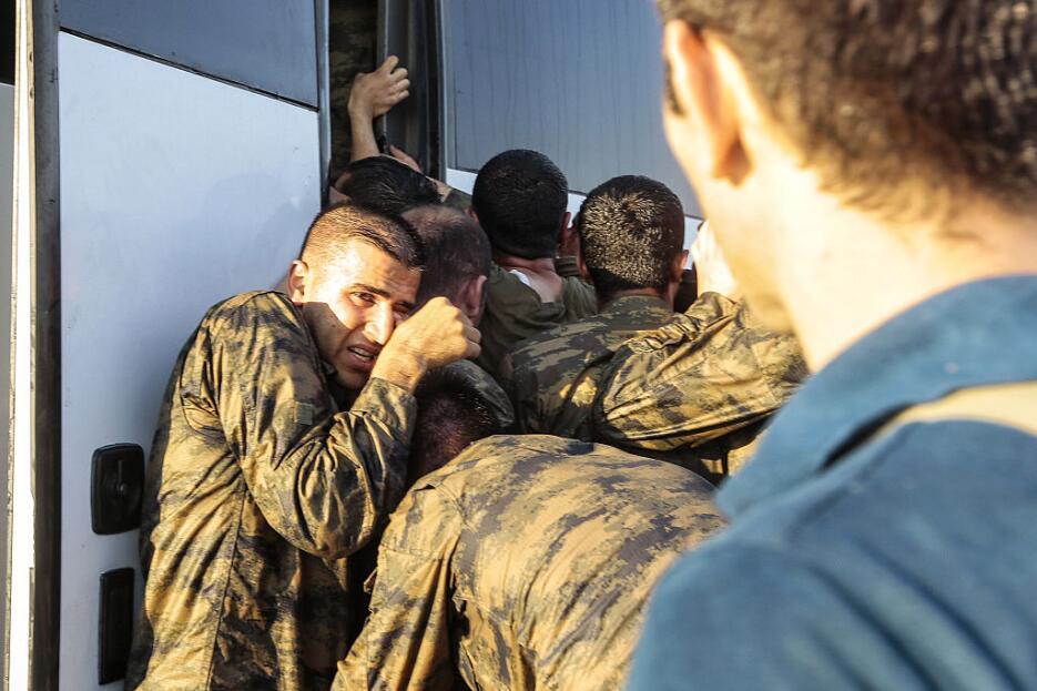 En Fotos: Azotes, muertos, celebración y arrestos durante la retoma del...