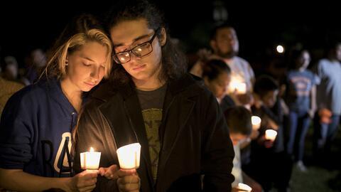 Una ceremonia en honor a las 26 víctimas del tiroteo en una igles...