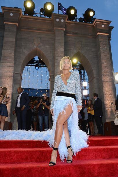Rita Ora llegó muy decidida a sacudir la pista con todas las plum...