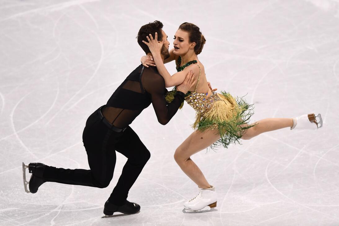Patinadora enseña un pecho durante rutina en Olímpicos de Invierno getty...