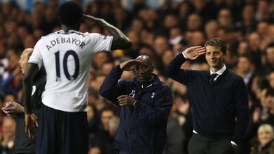 Adebayor festeja uno de sus goles con saludo militar incluido para su cu...