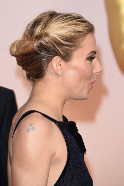 Otro peinado similar que robó miradas fue el de Sienna Miller, quien enr...