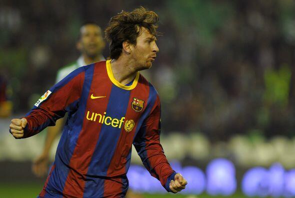Lionel Messi recibió un balón cerca de medio campo y con base a su habil...