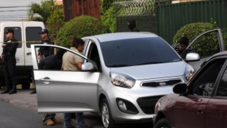 Autoridades inspeccionan el automóvil del periodista Alfredo Villatoro,...