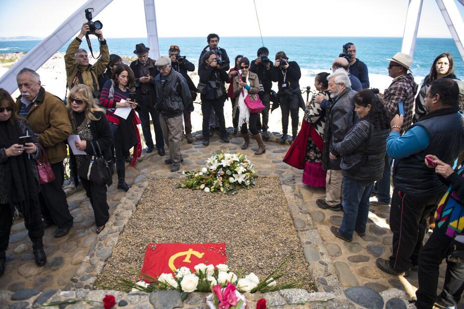 Neruda vuelve a su tumba frente al mar con las dudas sobre su muerte vig...