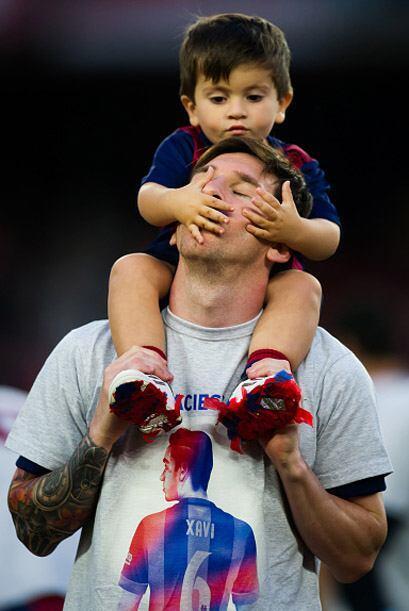 Messi ¿escucha? con su hijo.