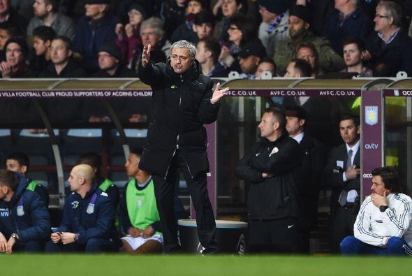Con uno menos la cancha pareció inclinarse a favor del Aston Villa, y as...