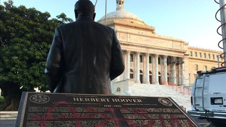Vandalizan aerosol estatuas de expresidentes en San Juan