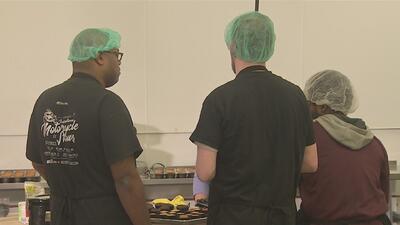 El programa que le enseña repostería a personas con autismo en Chicago para que obtengan su primer empleo