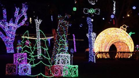 El zoológico se ilumina con casi un millón de luces, en un show navideño...