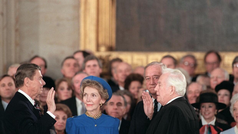 Nancy  junto a su esposo el para entonces recién elegido Ronald Reagan.