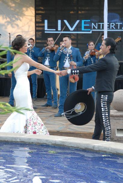 Antes del baile oficial, Luis quiso dedicarle una canción a Ana.