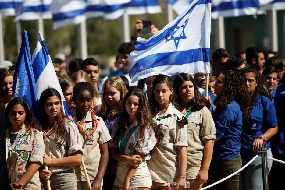 Un grupo de jóvenes niñas scouts se acercaron al sitio para rendir honor...