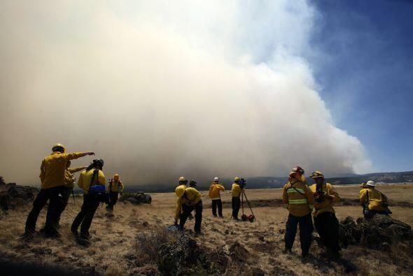 Los incendios continúan haciendo estragos en el este de Arizona,...