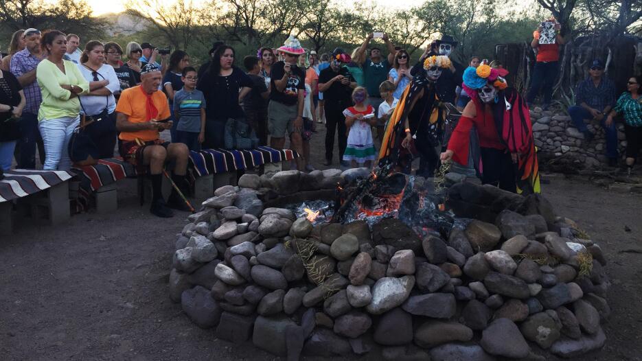En fotos: Conmemoran el Día de los Muertos en Tubac, un poblado al sur d...