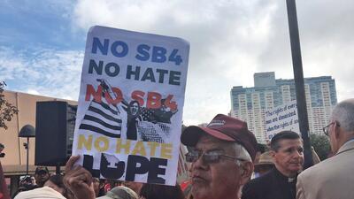 Cientos de personas protestan contra la implementación de la Ley SB4 en San Antonio
