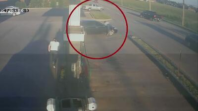 Buen samaritano se lanza sobre un auto en marcha para intentar detener a un sospechoso de asesinato