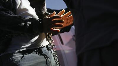 Un inmigrante indocumentado es arrestado por agentes federales de inmigr...