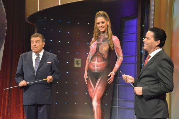 Daniela hace equipo con el doctor José Marquina para brindar a la audien...