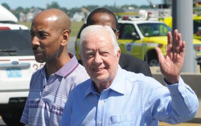 El expresidente Jimmy Carter (dcha.) junto con Aijalon Mahli Gomes (izda...