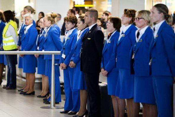 Stewards y azafatas guardaron un minuto de silencio en el aeropuerto de...