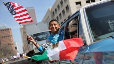 Un niño durante las celebraciones del Cinco de Mayo en Dever (Colorado)...