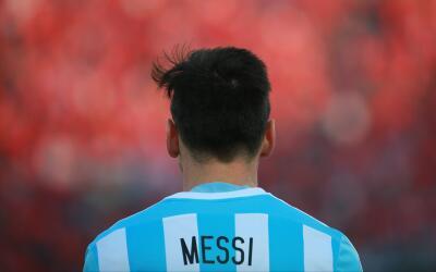 Lionel Messi portando la playera albiceleste en un partido de eliminator...