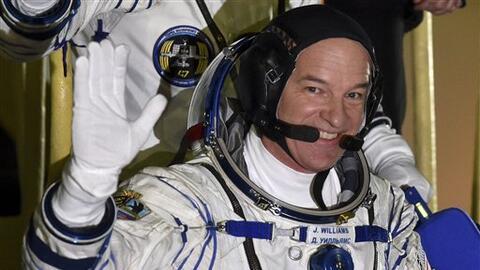 Jeff Williams saluda antes del lanzamiento de su cohete en la base para...