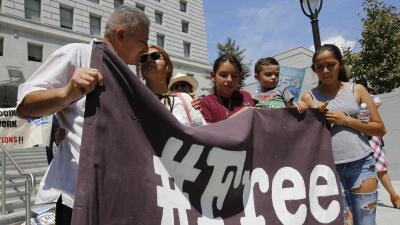 """Rómulo Avélica y su familia sostienen un cartel con la palabra """"lib..."""