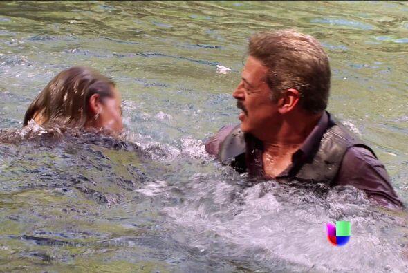 Y ahora, ¿quién te salvará? Fausto está a punto de ahogarte. ¡Ayúdenla!