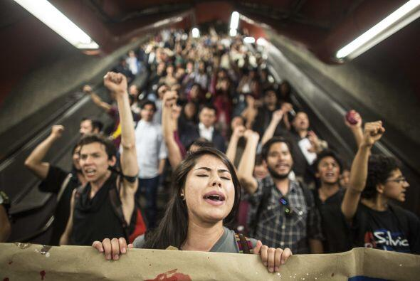 Antes de la marcha, algunos grupos de estudiantes que viajaban en metro...