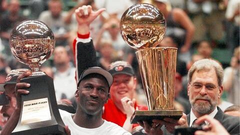 Jordan y el entrenador Phil Jackson ganaron seis campeonatos con Chicago.