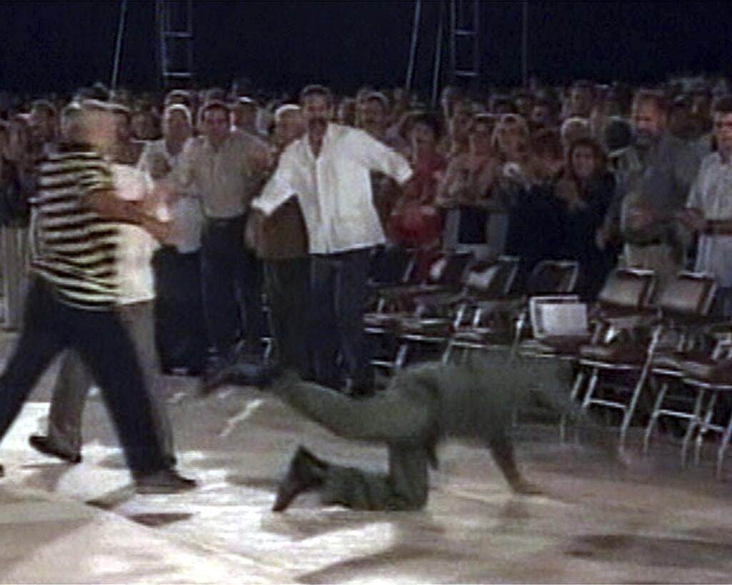 El mandatario cubano tropieza y cae tras un discurso en octubre de 2004,...