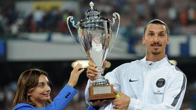 Ibrahimovic, autor de un gol en la remontada parisina, levanta el trofeo...