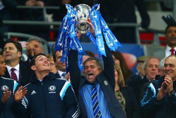 José Mourinho se mostró alegre y efusivo en los festejos levantando el t...